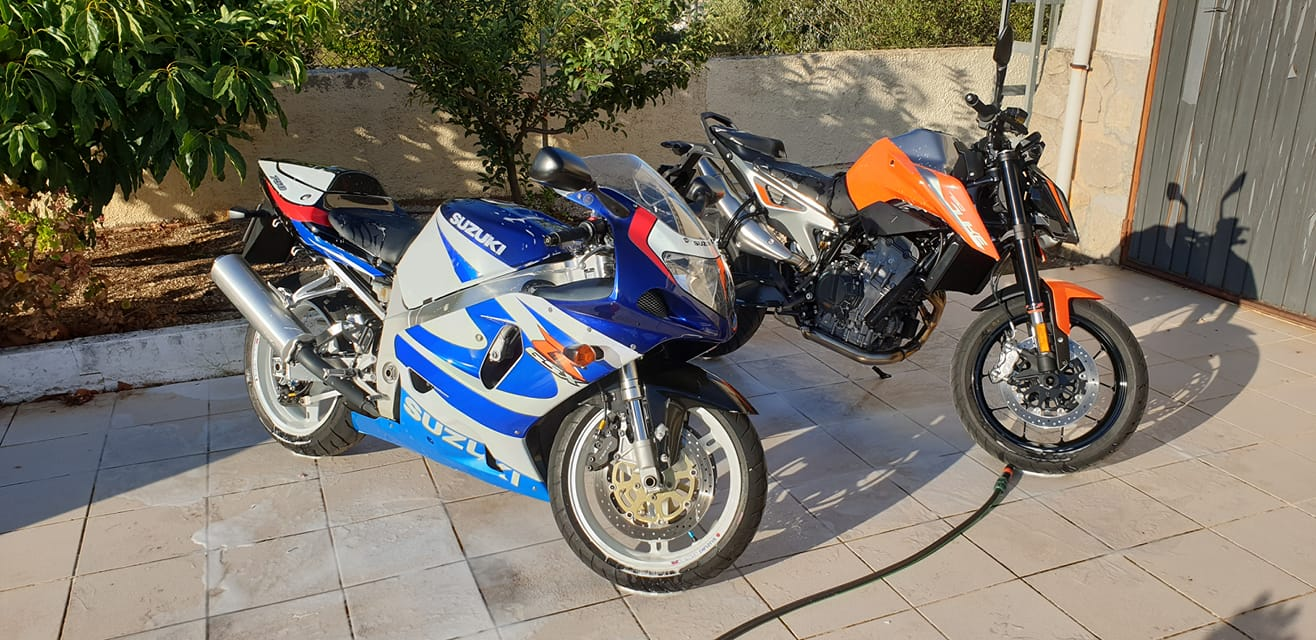 Washing Bikers España's KTM 790 Duke and GSXR750Y